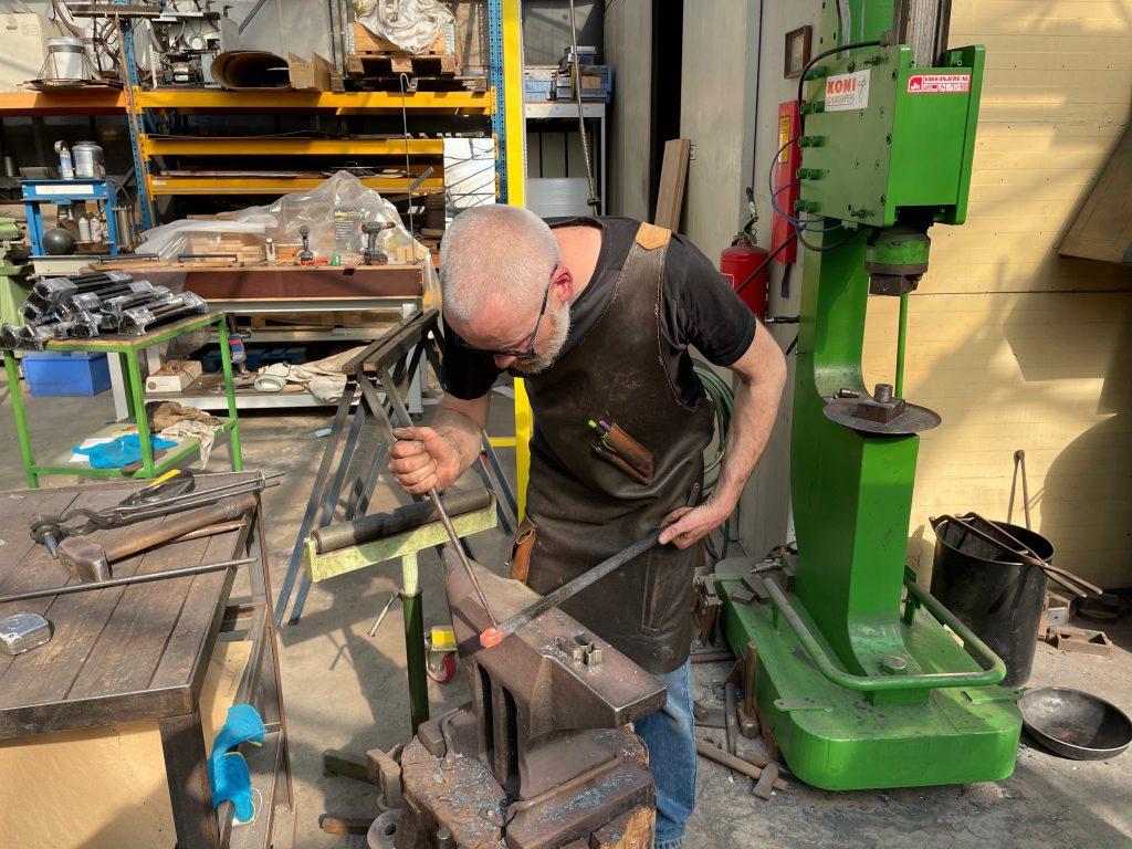 Zie hier metaalbewerker Dimitri Baldé aan het werk met een metaalbewerking klus.